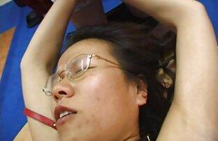 Petite jap belleza dando cabeza y paja se folla a su madre en vacaciones